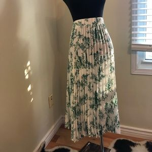Dresses & Skirts - Green and white pleated skirt